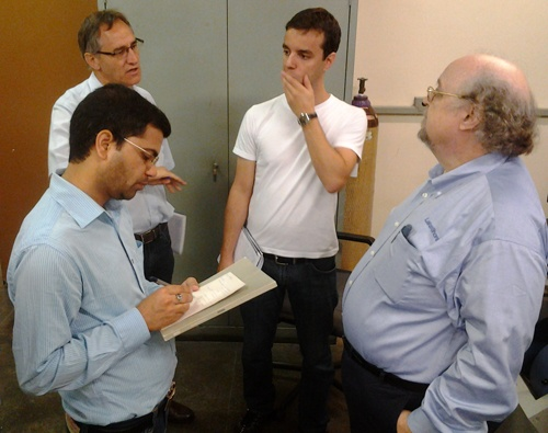 Jeff discusses VSM measurements with members of the Institute of Physics at USP.